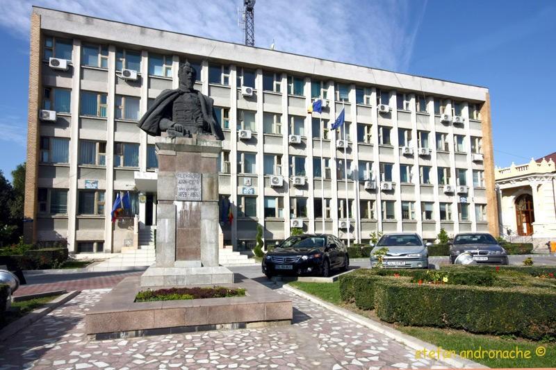 Sediul Primariei si statuia lui Al. I Cuza